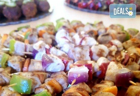 Микс от 100 или 150 броя печени шишчета от пилешко, телешко и свинско с гриловани зеленчуци и свински кюфтенца с кисела краставичка от Кетъринг груп 7 - Снимка 4