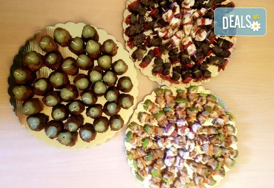 Микс от 100 или 150 броя печени шишчета от пилешко, телешко и свинско с гриловани зеленчуци и свински кюфтенца с кисела краставичка от Кетъринг груп 7 - Снимка 1