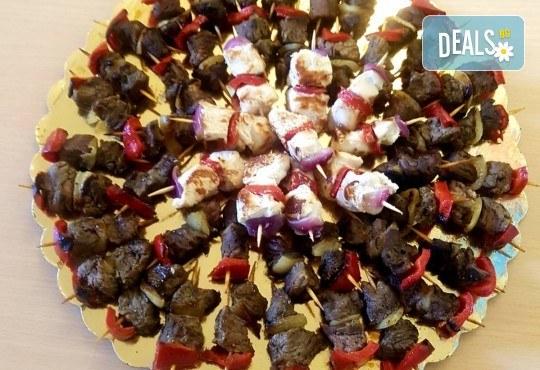 Микс от 100 или 150 броя печени шишчета от пилешко, телешко и свинско с гриловани зеленчуци и свински кюфтенца с кисела краставичка от Кетъринг груп 7 - Снимка 3