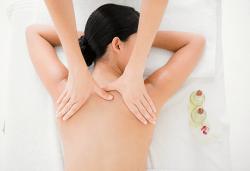 Класически масаж на гръб, раменен пояс и врат при дългогодишен специалист в студио Нимфея - Снимка