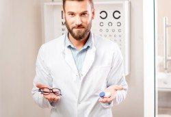 Очен преглед и изписване на рецепта за очила, при необходимост, или обстоен офталмологичен преглед в МЦ Хелт - Снимка