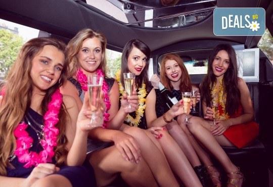 Рожден ден в период на криза! Единственото място за парти по време на COVID-19: лимузина с личен шофьор, бутилка вино и луксозни чаши от San Diego Limousines - Снимка 1