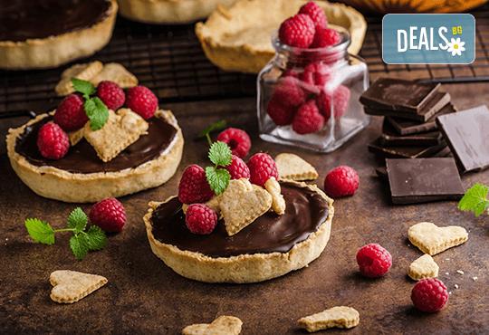 30 броя сладки тарталети с течен шоколад, горски плодове и кокос от H&D catering
