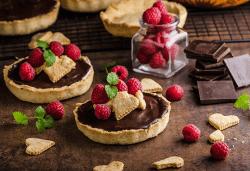 Сладки моменти! 30 броя тарталети с пресни плодове, течен шоколад и кокос от H&D catering, София! - Снимка
