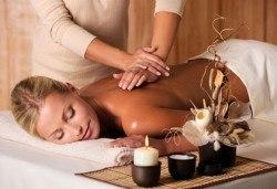 Лечебен масаж на гръб със загряващо олио 101 билки и наблягане на проблемна зона в Студио Giro - Снимка