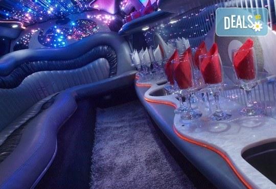 Рожден ден в период на криза! Единственото място за парти: лимузина с личен шофьор, бутилка вино и луксозни чаши от San Diego Limousines - Снимка 9