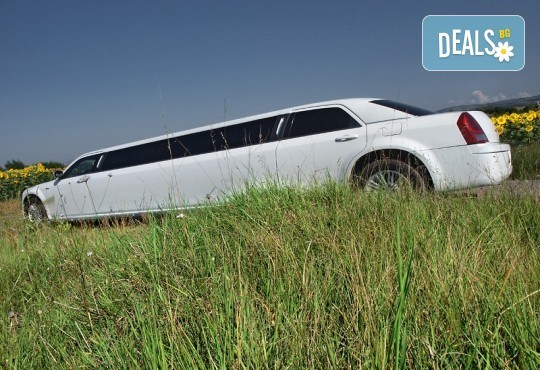 Рожден ден в период на криза! Единственото място за парти: лимузина с личен шофьор, бутилка вино и луксозни чаши от San Diego Limousines - Снимка 10