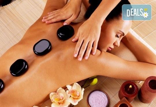 100-минутен луксозен СПА пакет Hot Stone с базалтови топли камъни и кристали, шоколадов пилинг и кралски масаж на цяло тяло, лице глава и рефлексотерапия в Wellness Center Ganesha Club - Снимка 1