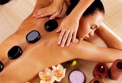 100-минутен луксозен СПА пакет Hot Stone с базалтови топли камъни и кристали, шоколадов пилинг и кралски масаж на цяло тяло, лице глава и рефлексотерапия в Wellness Center Ganesha Club - Снимка