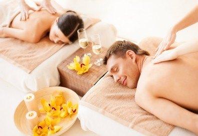 90 минути Любовен елексир! Синхронен масаж за двама с вана, масло от ягоди и шампанско, цветна романтика и комплимент бяло вино Шардоне от Senses Massage & Recreation - Снимка