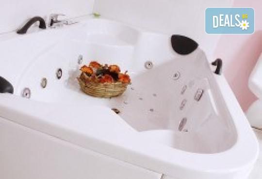 90 минути Любовен елексир! Синхронен масаж за двама с вана, масло от ягоди и шампанско, цветна романтика и комплимент бяло вино Шардоне от Senses Massage & Recreation - Снимка 8