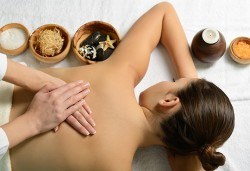 Лечебен масаж на гръб и обработване на ръце с масло от канабис CBD в Салон за красота Вили - Снимка