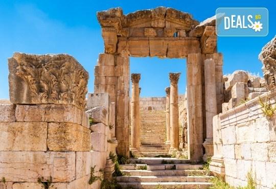 Екзотична екскурзия до Йордания през есента! 4 нощувки със закуски и вечери в хотел 3*/4*, самолетен билет и трансфери, посещение на Петра и джип сафари в пустинята Вади Рум - Снимка 3