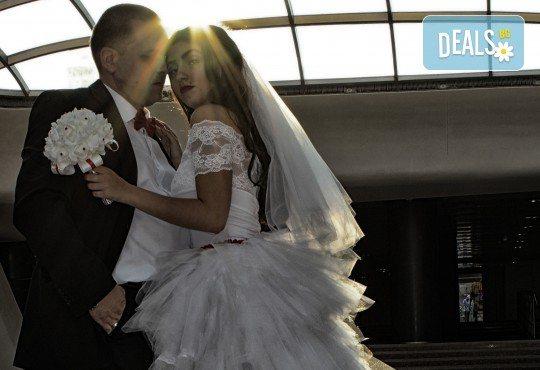 Фото и видеозаснемане на сватбено тържество с включени арт фотосесия, видеоклип, монтаж и подарък: флашка с гравиран надпис по избор от New Line Production - Снимка 12