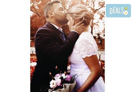 Фото и видеозаснемане на сватбено тържество с включени арт фотосесия, видеоклип, монтаж и подарък: флашка с гравиран надпис по избор от New Line Production - Снимка 28