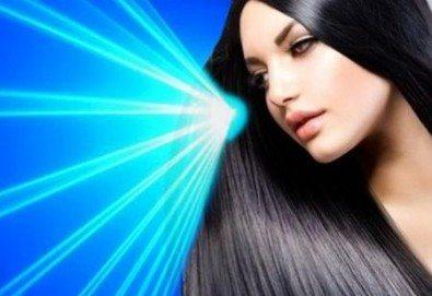 Иновативна фотон лазер терапия за коса с ботокс, хиалурон, кератин, арган, измиване, флуид с инфраред преса и оформяне със сешоар в Женско царство в Центъра - Снимка