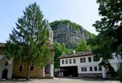 Еднодневна екскурзия до Трявна, Дряновския манастир, пещерата Бачо Киро и Боженци - транспорт от Плевен и водач от Дари Травел - Снимка