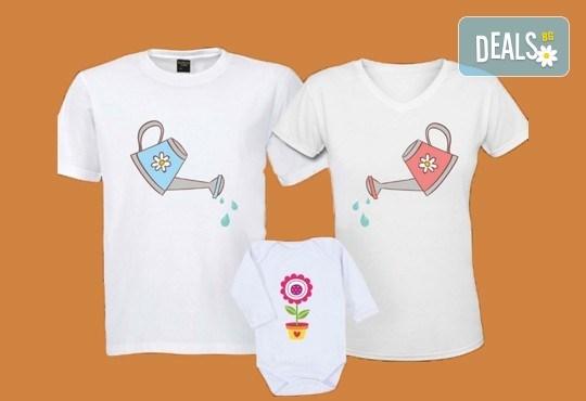 За цялото семейство! Комплект тениски за мама и татко и боди за бебе с дизайн по избор от Хартиен свят - Снимка 3