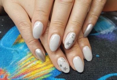 Ярки и дълготрайни цветове! Маникюр с гел лак и 2 декорации по избор в Beauty Studio Estetic Varna - Снимка