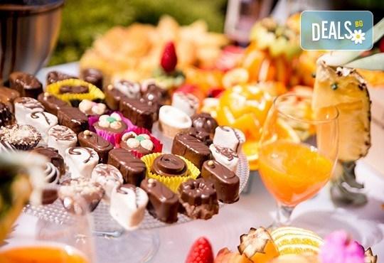 Вземете сет Наслада със 100 броя коктейлни хапки в 4 аранжирани и декорирани плата от Кулинарна работилница Деличи - Снимка 3