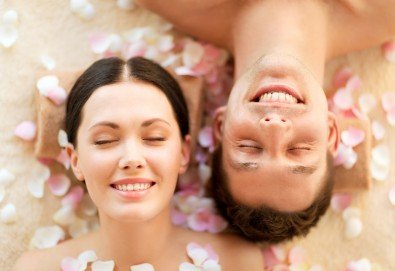 Светът е за двама! 60-минутен релаксиращ масаж на цяло тяло за двойки и бонус: масаж на лице от студио за красота Giro - Снимка