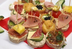 За Вашето събитие! Сет от 120, 170 или 240 солени и сладки хапки микс от H&D Catering - Снимка