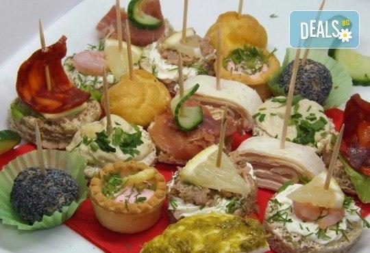 Почерпете гостите си със стилен сет от 115, 170 или 230 солени и сладки хапки микс от H&D Catering - Снимка 1