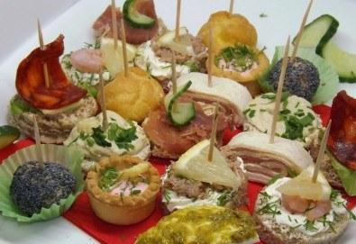 Почерпете гостите си със стилен сет от 115, 170 или 230 солени и сладки хапки микс от H&D Catering - Снимка