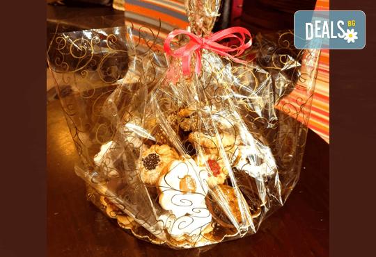 За празниците в офиса! 1 кг. домашни гръцки сладки: седем различни вкуса сладки с шоколад, макадамия и кокос, майсторска изработка от Сладкарница Джорджо Джани - Снимка 10