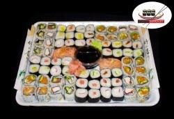 Изненадайте гостите си с вкусно суши! 74 суши хапки с пушена сьомга, херинга, пресни зеленчуци и авокадо от Sushi Market - Снимка