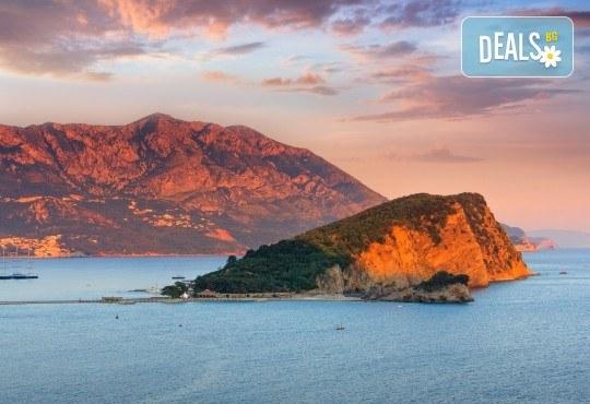 Нова година 2021 на Черногорската ривиера с България Травъл! 4 нощувки, 4 закуски и 3 вечери в Hotel Palma 4*+ в Тиват, транспорт и екскурзия до Дубровник - Снимка 4
