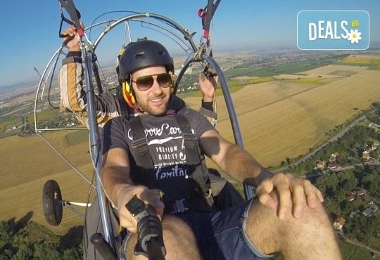 Адреналин! Тандемен полет с двуместен моторен парапланер близо до София и HD видеозаснемане от клуб Vertical Dimension - Снимка 7