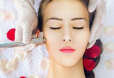 Почистване на лице с ултразвук, пилинг и масаж с Les Complexes Biotechniques и терапия в The Castle of beauty - Снимка