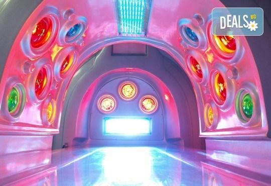 Космическо СПА преживяване! СПА капсула с LED светлина, цялостен релаксиращ масаж с шоколад или боровинка и терапия за лице от Senses Massage & Recreation - Снимка 3