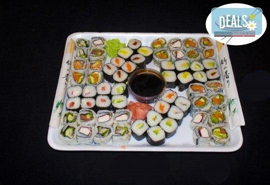 Вкусно предложение на супер цена! 64 суши хапки с пушена сьомга, скариди, сурими, филаделфия и авокадо от Sushi Market - Снимка 1