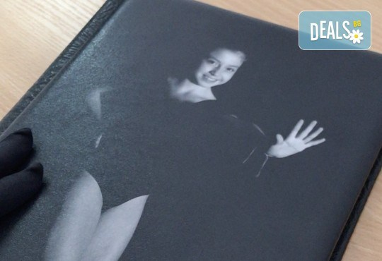 12 черно–бели кадъра събрани в луксозна книга с твърди корици. Стилна фотосесия за Вас и Вашето дете или артистично портфолио от фотограф Стефан Димитров. - Снимка 1