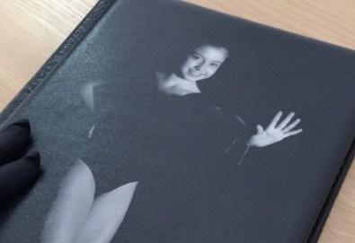12 черно–бели кадъра събрани в луксозна книга с твърди корици. Стилна фотосесия за Вас и Вашето дете или артистично портфолио от фотограф Стефан Димитров. - Снимка