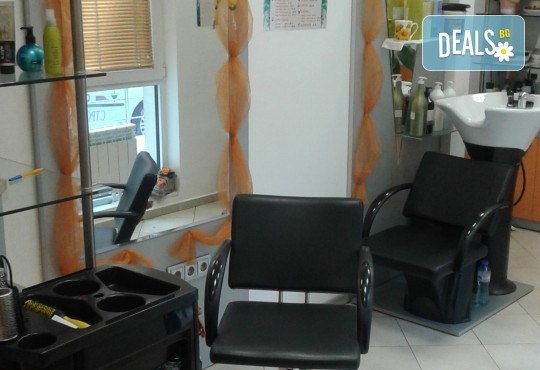Боядисване с боя на клиента, подстригване, масажно измиване, кератинова терапия DAYMASK и сешоар в Салон за красота Феникс - Снимка 6