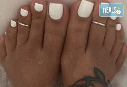 Грижа за Вашия педикюр с накисване на краката във вана с ароматни соли, почистване на петите, оформяне и лакиране на ноктите в студио за красота Ел Ем Ви! - Снимка 1