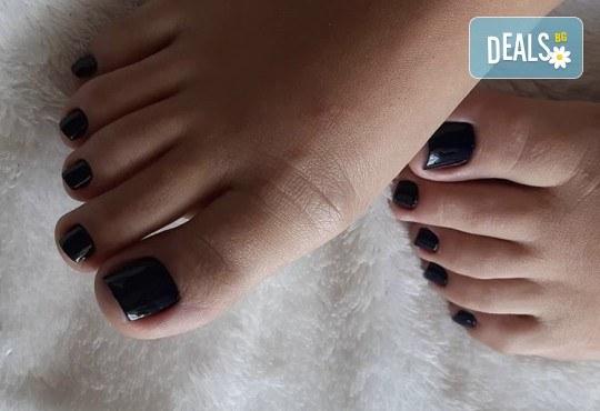 Грижа за Вашия педикюр с накисване на краката във вана с ароматни соли, почистване на петите, оформяне и лакиране на ноктите в студио за красота Ел Ем Ви! - Снимка 2