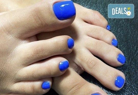 Грижа за Вашия педикюр с накисване на краката във вана с ароматни соли, почистване на петите, оформяне и лакиране на ноктите в студио за красота Ел Ем Ви! - Снимка 3