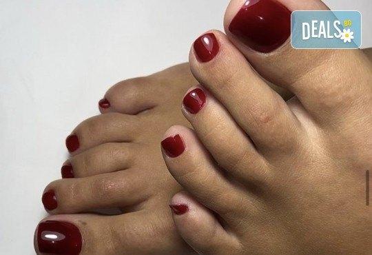 Грижа за Вашия педикюр с накисване на краката във вана с ароматни соли, почистване на петите, оформяне и лакиране на ноктите в студио за красота Ел Ем Ви! - Снимка 4