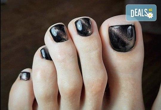 Грижа за Вашия педикюр с накисване на краката във вана с ароматни соли, почистване на петите, оформяне и лакиране на ноктите в студио за красота Ел Ем Ви! - Снимка 5