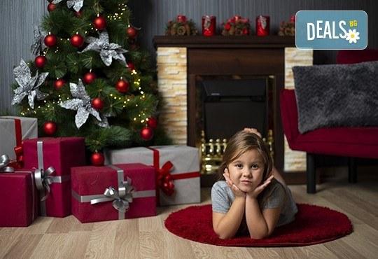 Запечатайте празничните мигове със семейството си! Професионална Коледна фотосесия в студио с 4 декора и 100 обработени кадъра с Chapkanov photography - Снимка 1
