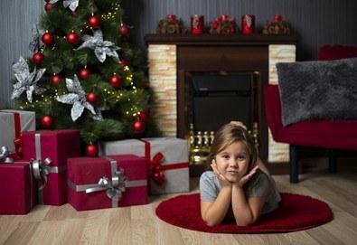 Запечатайте празничните мигове със семейството си! Професионална Коледна фотосесия в студио с 4 декора и 100 обработени кадъра с Chapkanov photography - Снимка