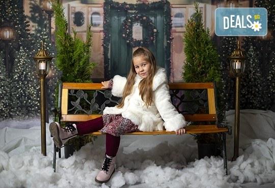 Запечатайте празничните мигове със семейството си! Професионална Коледна фотосесия в студио с 4 декора и 100 обработени кадъра с Chapkanov photography - Снимка 4