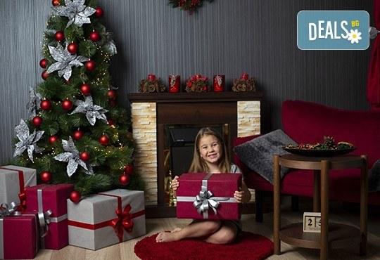 Запечатайте празничните мигове със семейството си! Професионална Коледна фотосесия в студио с 4 декора и 100 обработени кадъра с Chapkanov photography - Снимка 5