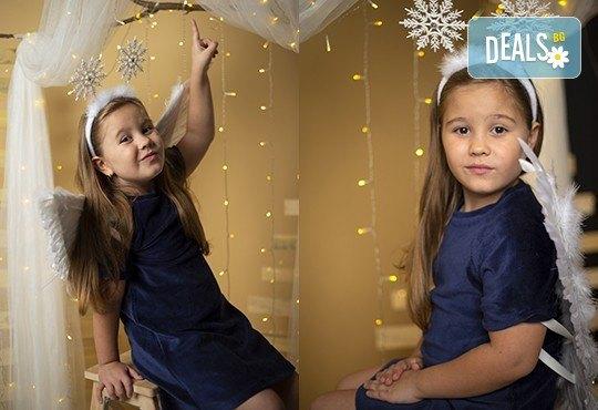 Запечатайте празничните мигове със семейството си! Професионална Коледна фотосесия в студио с 4 декора и 100 обработени кадъра с Chapkanov photography - Снимка 6