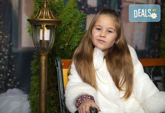Запечатайте празничните мигове със семейството си! Професионална Коледна фотосесия в студио с 4 декора и 100 обработени кадъра с Chapkanov photography - Снимка 7