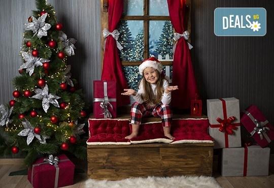 Запечатайте празничните мигове със семейството си! Професионална Коледна фотосесия в студио с 4 декора и 100 обработени кадъра с Chapkanov photography - Снимка 8